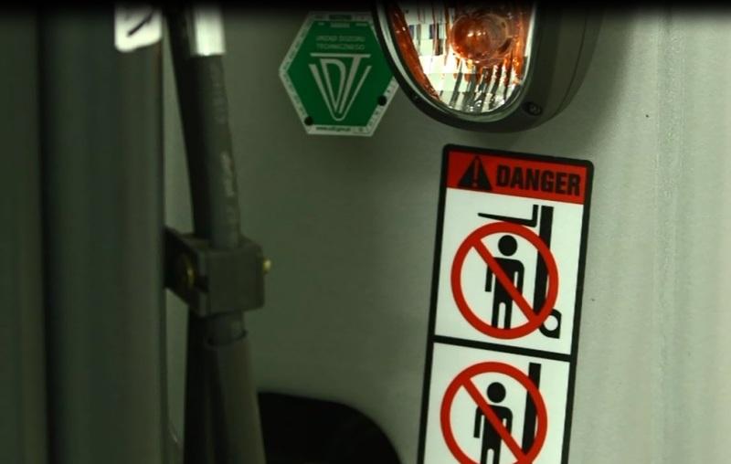Oznakowanie wózka widłowego, naklejki ostrzegawcze.